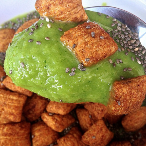 Green smoothie bowl with cinnamon Puffins and chia seeds